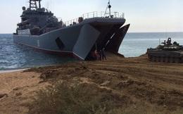 Sóng cấp 7, tàu chở xe tăng T-54 lật trên biển: May mà lính tăng biết bơi!
