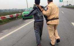 CSGT lao xuống ruộng tóm 2 người đàn ông sau tiếng hô cướp