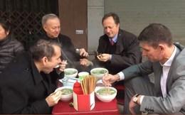 Video các đại sứ châu Âu ăn phở đường phố Việt gây sốt