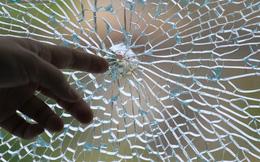 Cả gia đình hoảng sợ vì bị kẻ lạ nã súng vào nhà, kính nứt toác
