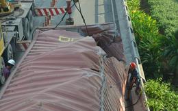 Gần 8 giờ giải cứu container bị lật tại trung tâm Sài Gòn