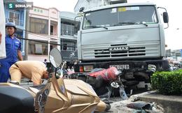 TP HCM: Xe bồn nổ lốp cuốn theo nhiều xe máy vào gầm