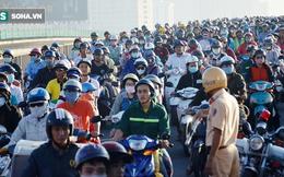 """Xe khách móp đầu sau va chạm, hàng ngàn phương tiện """"chôn chân"""" trên cầu Sài Gòn"""