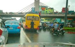 Trố mắt cảnh tài xế xe buýt tranh thủ tè bậy trong khi chờ đèn đỏ ngay ngã tư Thủ đô