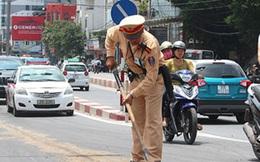 Cảnh sát giao thông mua đá lấp ổ gà khiến người dân cảm động
