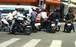Đôi nam nữ đi Exciter bị 2 thanh niên chặn đầu cướp xe