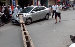 Hà Nội: Tránh xe đạp, ô tô húc đổ cột điện rơi trúng xe khác