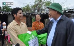 Thủ tướng Nguyễn Xuân Phúc trực tiếp đến thăm nhà dân bị sập do lũ ở Bình Định