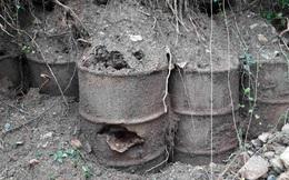 """Bất ngờ lộ ra 5 thùng phi """"lạ"""" sau cơn mưa lớn ở Khánh Hòa"""