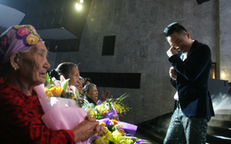 Tùng Dương lau nước mắt khi hát tặng các bà mẹ Việt Nam anh hùng