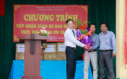 Báo Trí thức trẻ trao tặng sách cho học sinh trường Chu Phan