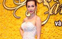 MC Quỳnh Chi khoe vai trần nóng bỏng