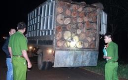 Dân chặn xe gỗ lậu nhưng kiểm lâm không tới