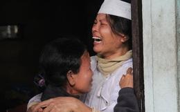 Con tuyệt vọng bên dòng lũ dữ, vợ ôm xác chồng gào khóc giữa đêm mưa