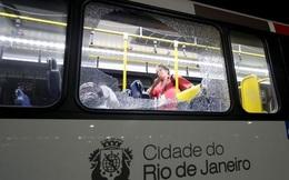 Xe buýt chở phóng viên đưa tin Olympic bất ngờ bị tấn công
