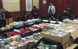 Hết hồn với núi tiền trong nhà quan tham Malaysia