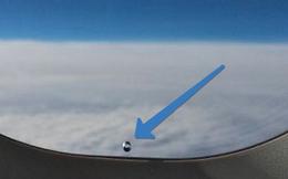Tại sao tất cả cửa sổ máy bay lại tồn tại một lỗ nhỏ?