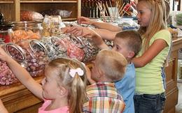 Trẻ đòi ăn bim bim, ô mai... thay vì cấm cản, cha mẹ Mỹ lại cho tiền để con hiểu giá trị đồng tiền là như thế nào