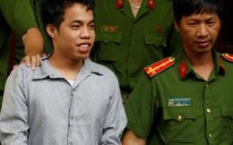 Nam thanh niên buôn ma túy cười tươi vì thoát án tử