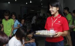 Cô giáo mầm non tương lai bị hắt chậu nước bẩn vào người khi đi tuyên truyền hiến máu