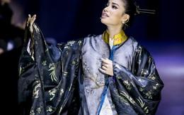 Phạm Hương cùng bà ngoại hát cải lương trên sàn diễn thời trang
