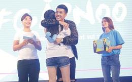 Ca sĩ Noo Phước Thịnh ôm chặt fan nữ