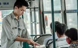 Anh chàng phụ xe bus luôn khiến các hành khách nữ bối rối