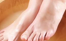 Ngâm chân vào nước muối, bạn sẽ không ngờ nó có tác dụng tuyệt vời đến thế