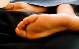 Trời thì rét căm mà khối người vẫn thò chân ra ngoài chăn khi ngủ. Lý do là vì...