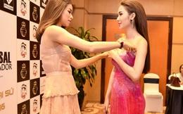 Phạm Hương loay hoay sửa váy cho học trò trên thảm đỏ