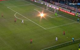 Pháo nổ dưới sân, loạn trên khán đài, Man United đã có trận đấu thật nguy hiểm