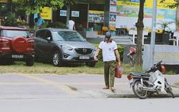 Chàng trai đánh giày trên phố Hà Nội khiến nhiều bạn trẻ phải cảm thấy xấu hổ