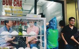 Quá trưa, khách vẫn kiên nhẫn đội mưa chờ ăn hàng bún chả Hương Liên