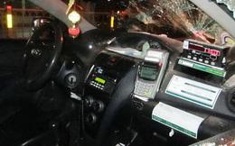Đi taxi không có tiền, khách Hàn Quốc đập vỡ kính, đầu xe taxi