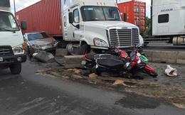 Xe container tông bẹp rúm ôtô trên xa lộ Hà Nội