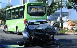 Xe khách tông ô tô con biến dạng kỳ dị, 4 người nhập viện