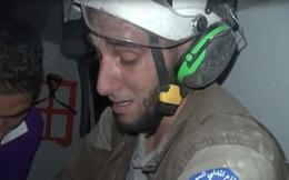 Người đàn ông bật khóc khi cứu được bé sơ sinh Syria từ đống đổ nát