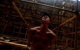24h qua ảnh: Công nhân TQ lấy giàn giáo xây chùa làm xà đơn