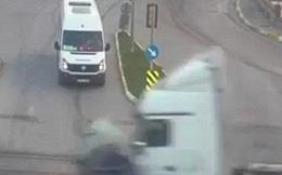 Video: Vượt đèn đỏ, đầu kéo container đâm nát xe ô tô