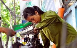 Cô gái 21 tuổi sửa xe máy ở vỉa hè Sài Gòn để phụ ba mẹ nuôi các em ăn học