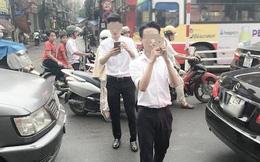 2 nam sinh mải mê bắt pokemon khiến nhiều người đi đường ở Hà Nội bức xúc