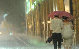 Cặp đôi lội nước chụp ảnh cưới giữa trời mưa bão khiến nhiều người kinh ngạc