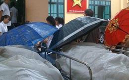 Xót xa hình ảnh phủ nilon, che ô tránh nước mưa cho bệnh nhân chờ mổ ở bệnh viện Việt Đức
