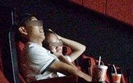Hành động quá lố của đôi bạn trẻ trong rạp chiếu phim