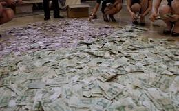 Cặp vợ chồng già vác cả bao tải tiền lẻ để đi mua nhà