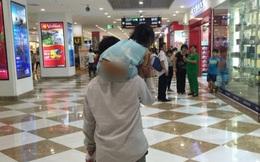 Xúc động mạnh trước hình ảnh người cha thô kệch bế con đi siêu thị