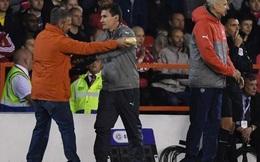HI HỮU: Fan cuồng lao vào sân mời HLV Wenger... ăn bánh