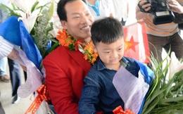 Lê Văn Công ôm chặt con trong ngày trở về
