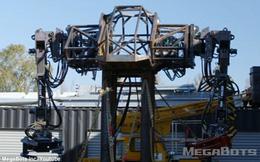 Robot Mỹ biểu trưng sức mạnh: nhấc xe ô tô lên cao rồi ném xuống đất vỡ vụn