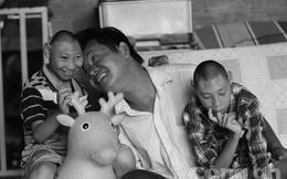 Rơi nước mắt với bài hát 'Gà trống nuôi con' của người cha nuôi 2 con bại não